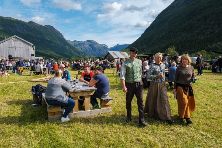 Lots of people, both visitors and actors in old costumes, at Jamtjordmartnan waiting for the next Klemetspelet to start.