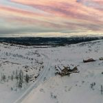 White mountain landscape with pink sky overlooking Korgfjellet Mountain lodge
