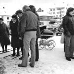 Black-and-white photo of members of Lapphellas Venner gathered at the centre of Hemnesberget.
